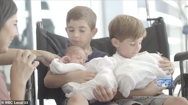 Mãe com seus pares de gêmeos idênticos