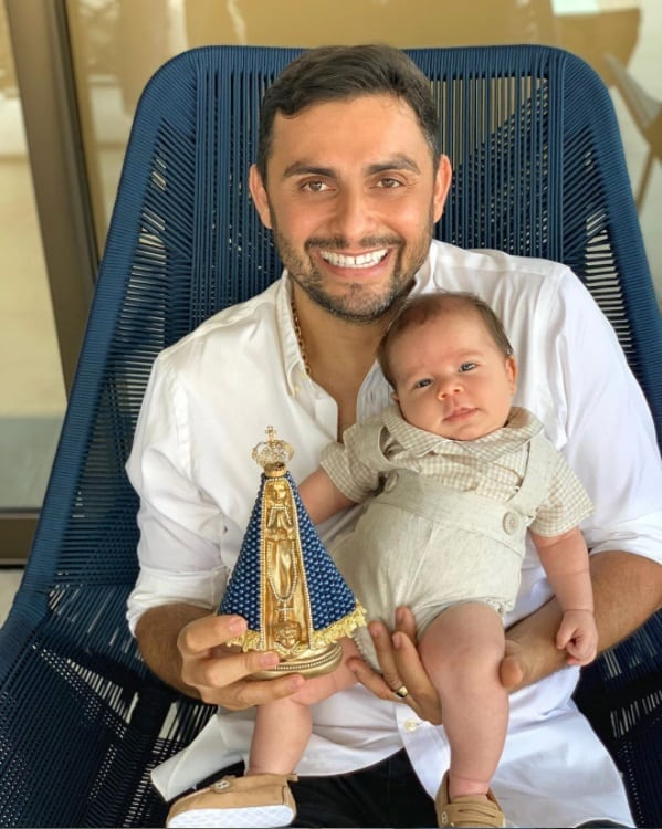 O cantor Mano Walter com o filho de um mês