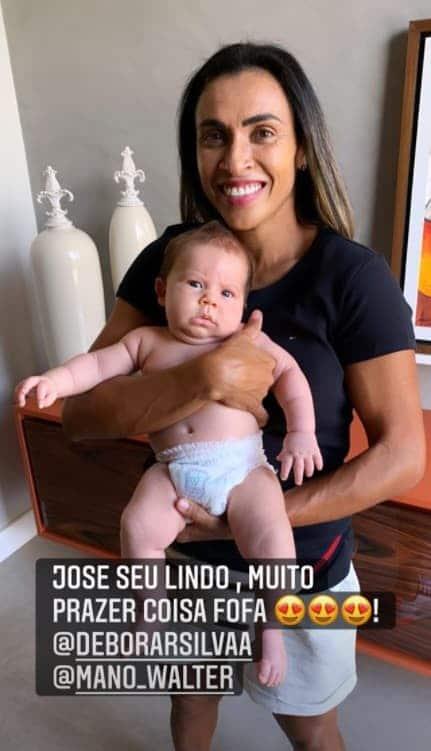 A jogadora Marta com o filho do cantor Mano Walter