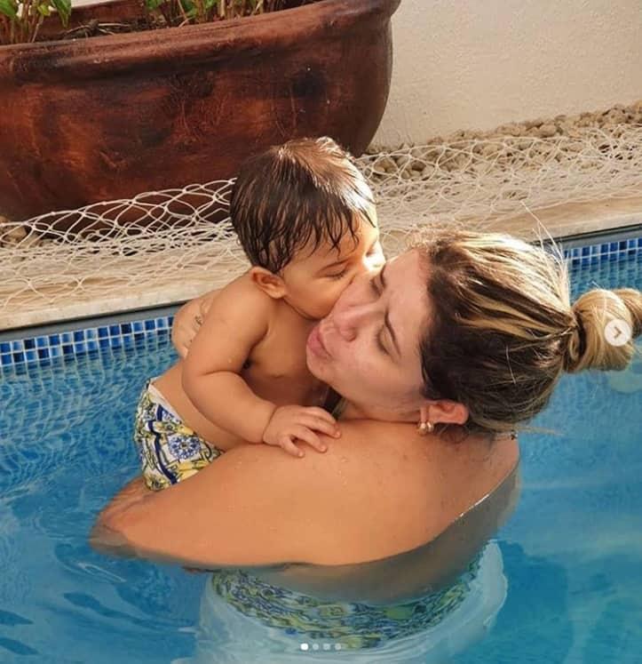 Marília Mendonça combinou o maiô com a bermuda de seu bebê