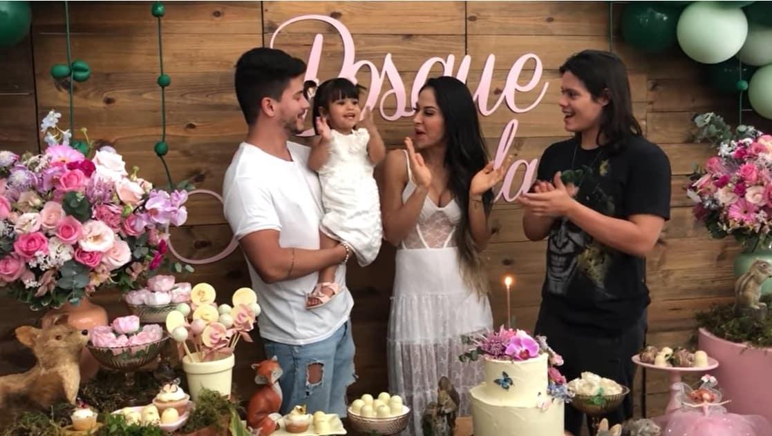 Mayra Cardi e Arthur Aguiar com Sophia no aniversário dela