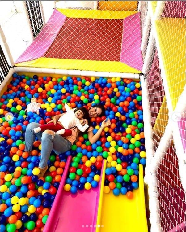 Mayra Cardi no brinquedão que construiu para a filha