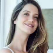 Nathalia Dill exibiu barriga de grávida na praia