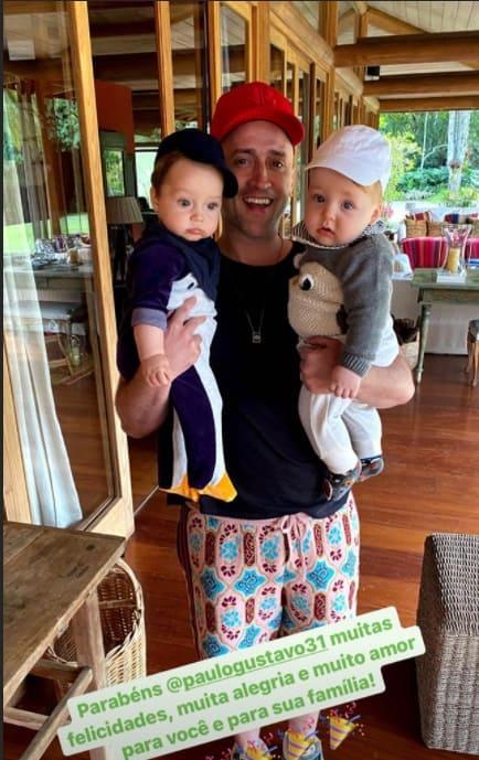 Paulo Gustavo com os pequenos Romeu e Gael