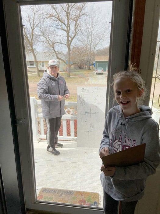 O professor ficou ajoelhado na porta da casa da aluna, enquanto ela estava em segurança em casa