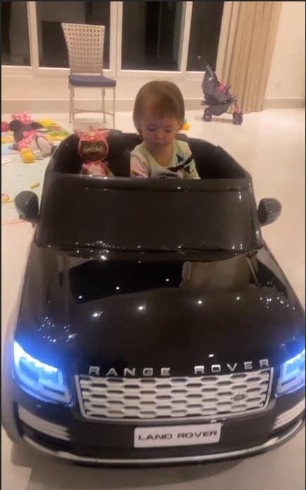 A filha de Sabrina Sato com seu carrinho elétrico