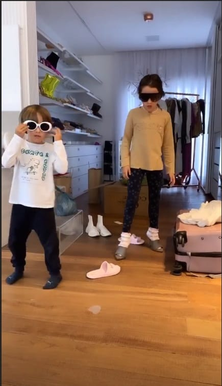 Filhos de Simaria brincando no closet dela