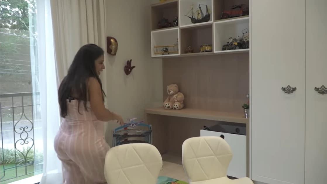 Simone na brinquedoteca do filho