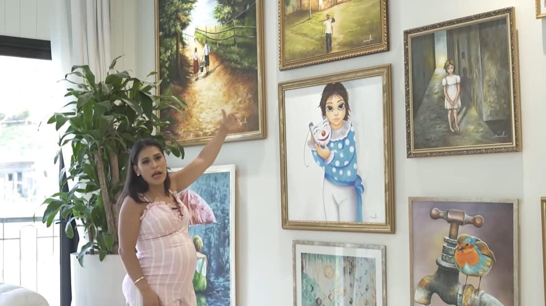 Simone na galeria de quadros da sua casa