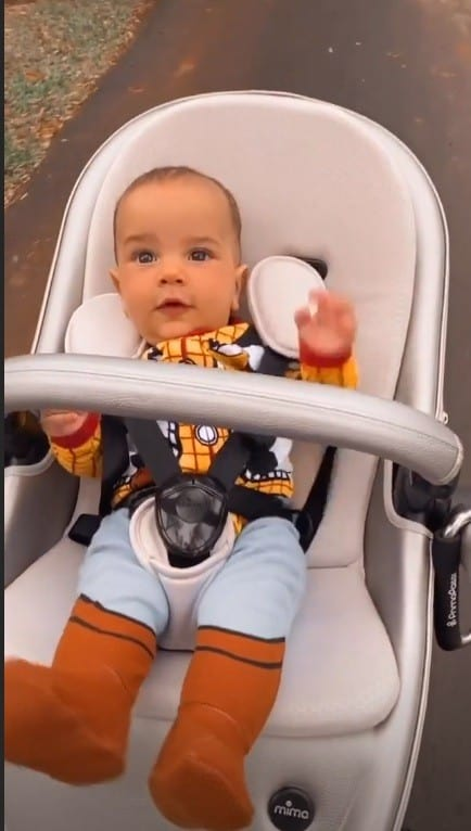 Filho do cantor Sorocaba com fantasia do Woody de Toy Story