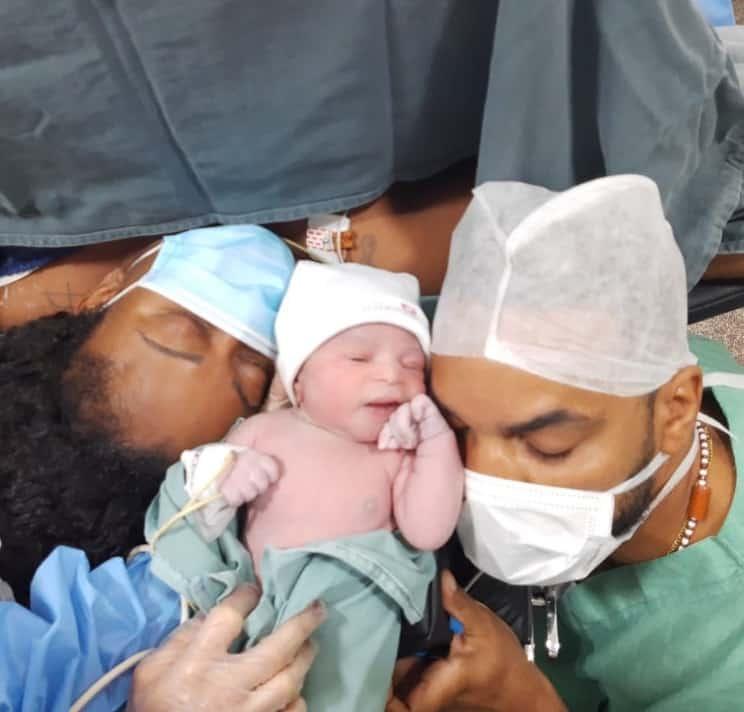 Tia Má com sua bebê recém-nascida, Yanna Luiza