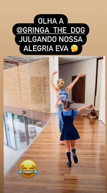 Angélica com a filha Eva na sua mansão