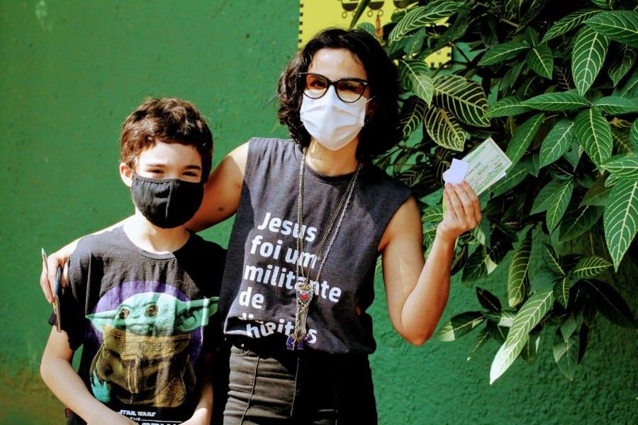 Filho de Caio Blat ao lado de sua mãe Maria Ribeiro
