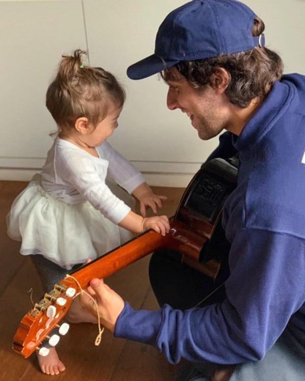 Chay Suede com sua filha com a atriz Laura Neiva