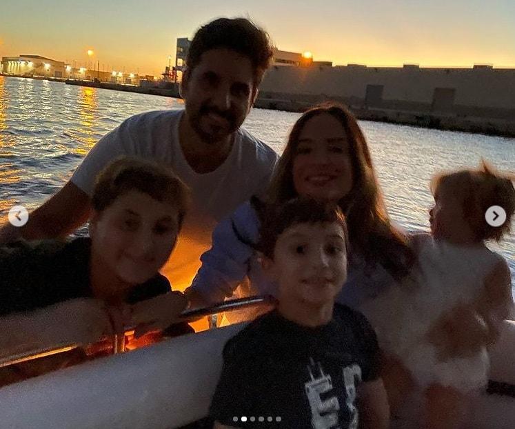 Claudia Leitte ao lado do marido e de seus filhos