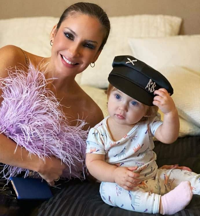 Claudia Leitte ao lado de sua bebê Bela