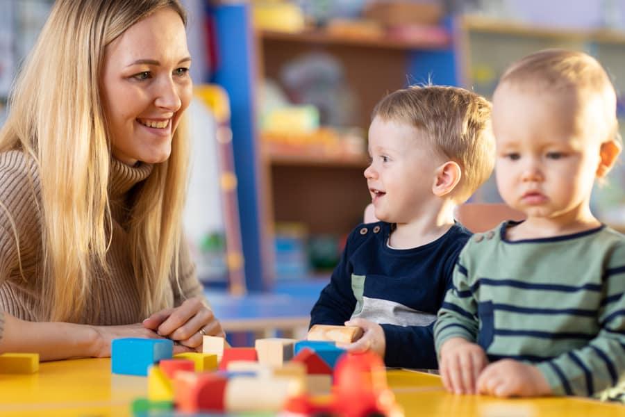 Muitas mães ficam com dúvidas para decidir entre uma creche ou babá