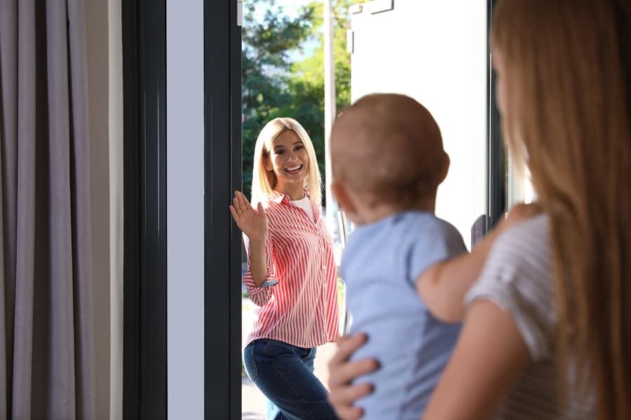 A comodidade e segurança devem ser levadas em conta na escolha entre uma creche ou babá