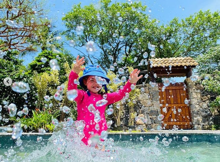 Filha de José Loreto e Débora Nascimento na piscina da casa do pai
