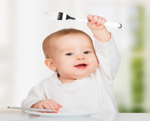 Qual é a idade mais adequada para o seu bebê usar garfo e faca?