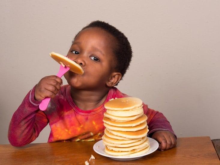 Deixar as crianças usarem garfo e faca gera muitas dúvidas nos pais