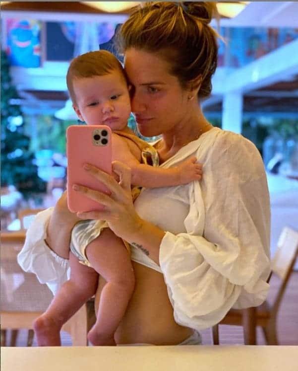 Giovanna Ewbank com o filho no colo