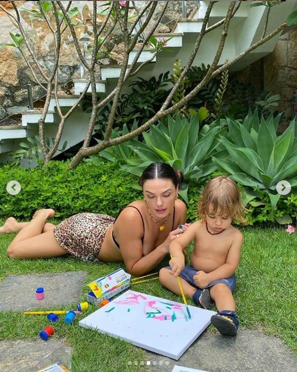 Isis Valverde e o filho nos jardins da sua casa