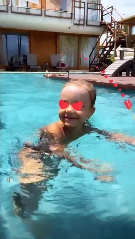 Bebê de Ivete Sangalo e Daniel Cady na piscina