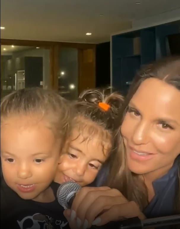 Ivete Sangalo cantando ao lado de suas gêmeas
