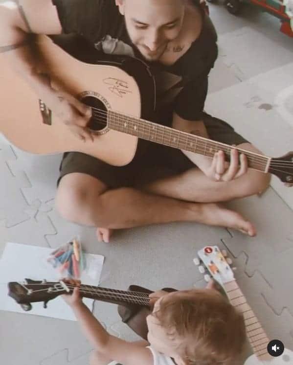 Junior Lima tocando violão com seu filho Otto