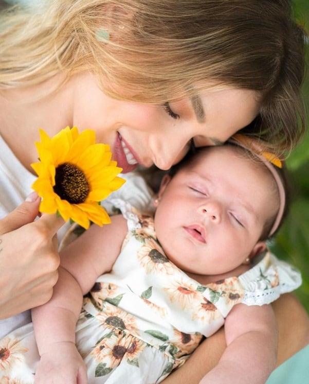 Carol Dias e a filha com o ex-jogador Kaká, a pequena Esther