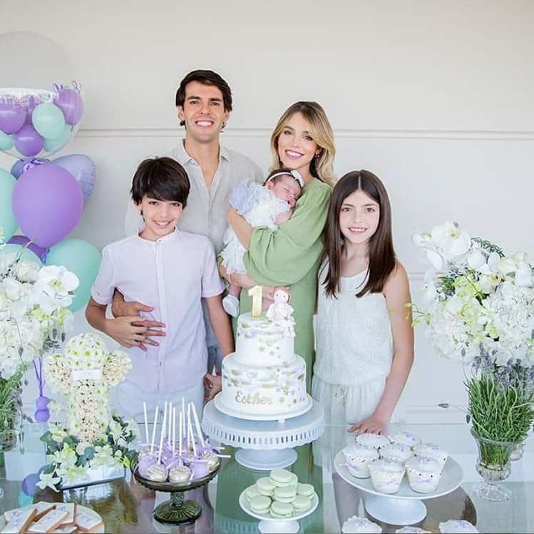 Kaká ao lado da esposa e de seus filhos