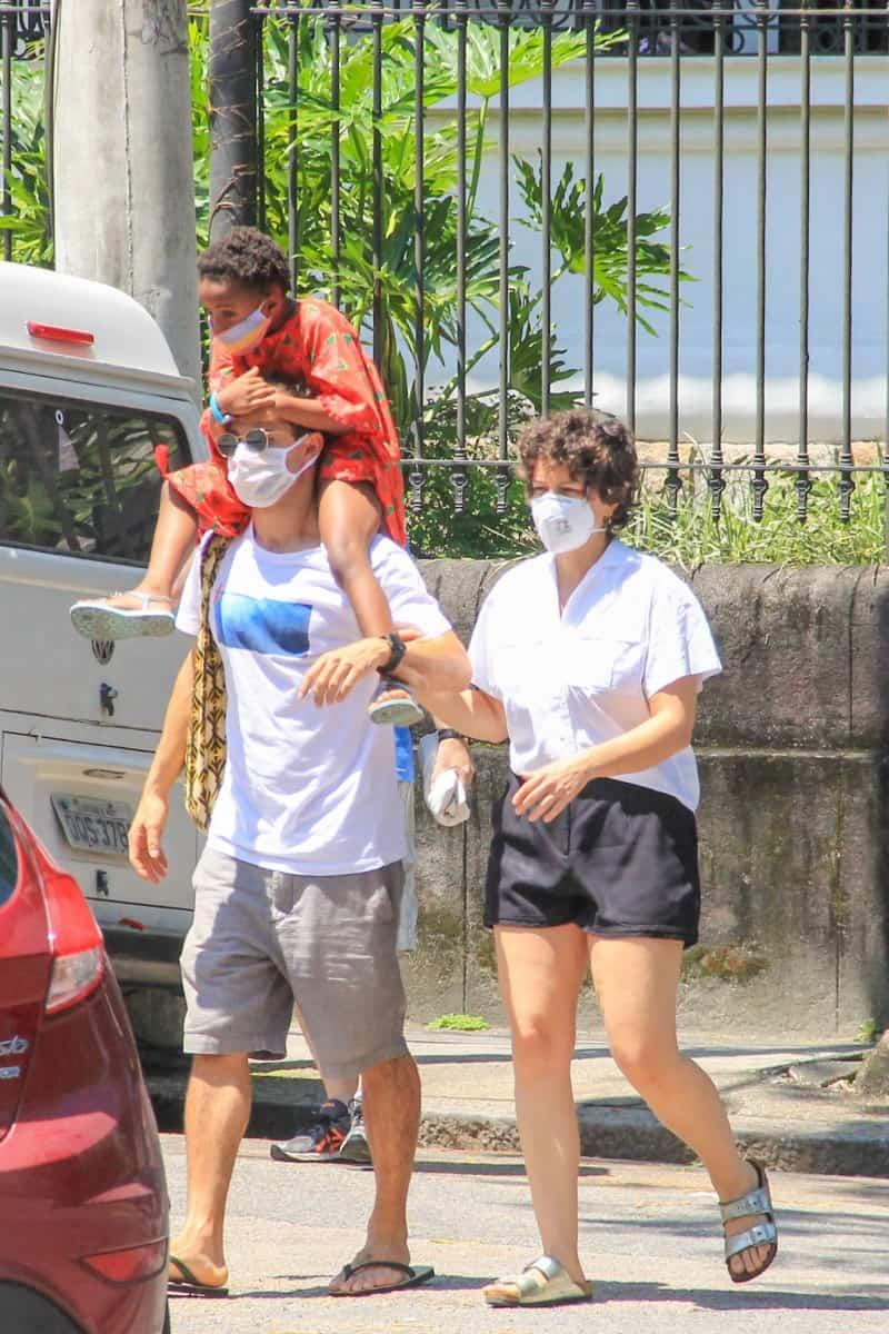 Leandra Leal junto com a filha e o namorado