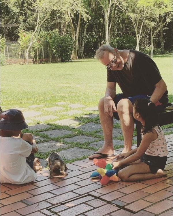 O ator Luiz Fernando Guimarães com os filhos