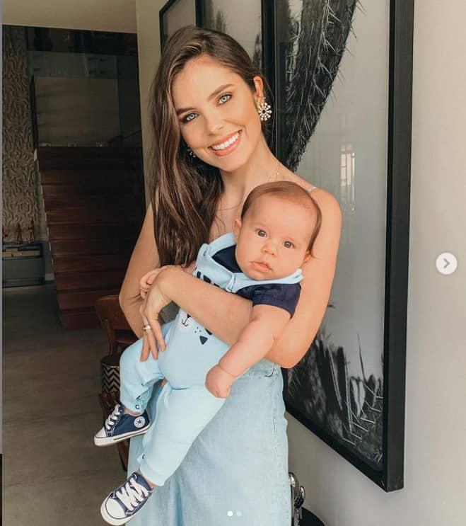 Débora Silva e seu bebê com o cantor Mano Walter