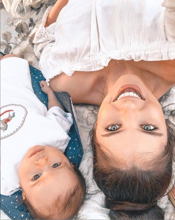 Débora Silva com seu filho com o cantor Mano Walter