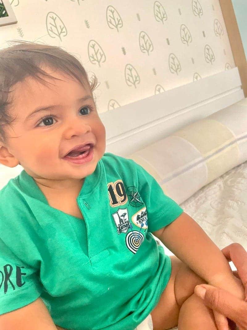O pequeno Léo, filho de Marília Mendonça, com seus dentinhos