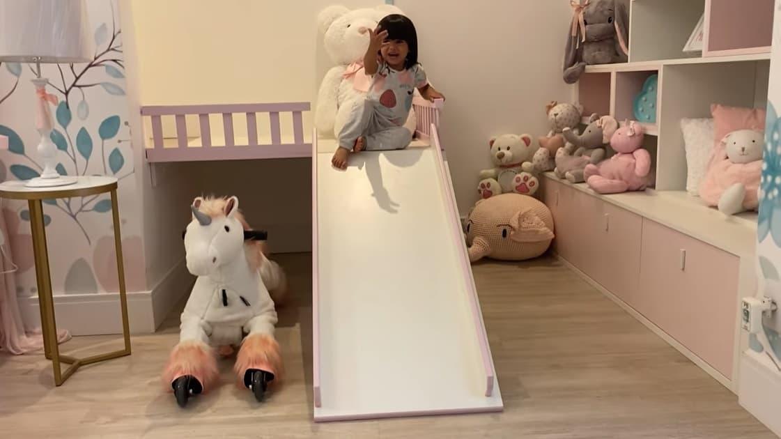 Escorregador que fica no quarto da bebê de Mayra Cardi