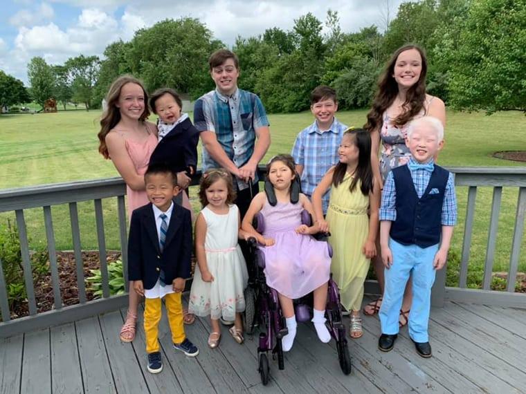 Os pais decidiram adotar 5 filhos com necessidades especiais