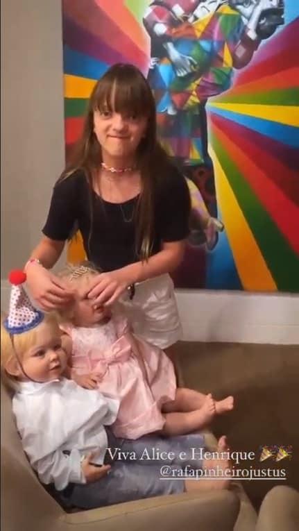 Rafaella Justus com bonecas que faziam aniversário