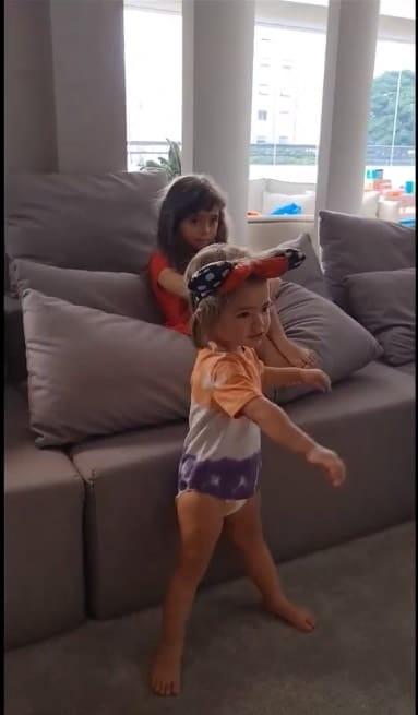 Sabrina Sato mostrando a filha com seus priminhos
