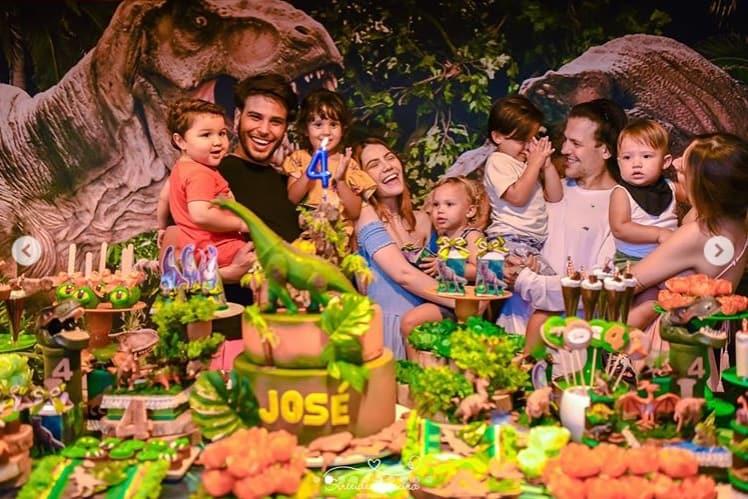 Sarah Poncio na mesa de aniversário do pequeno José
