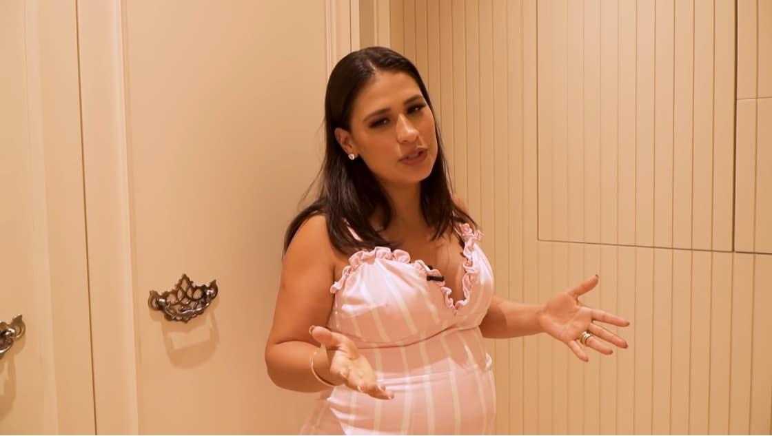 Simone em frente ao quarto de sua bebê