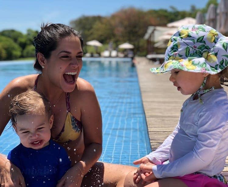 Thaís Fersoza com os filhos na piscina