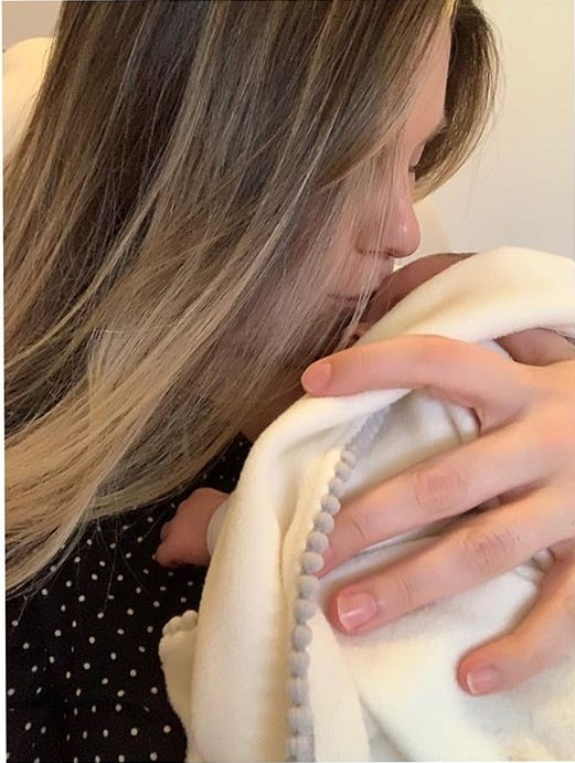 Daiana Garbin e sua filha com o jornalista Tiago Leifert