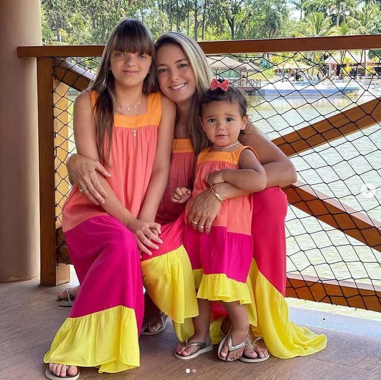 Ticiane Pinheiro e suas filhas com roupas iguais