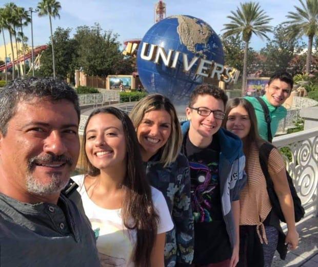 Tom Veiga com sua ex-mulher e os filhos