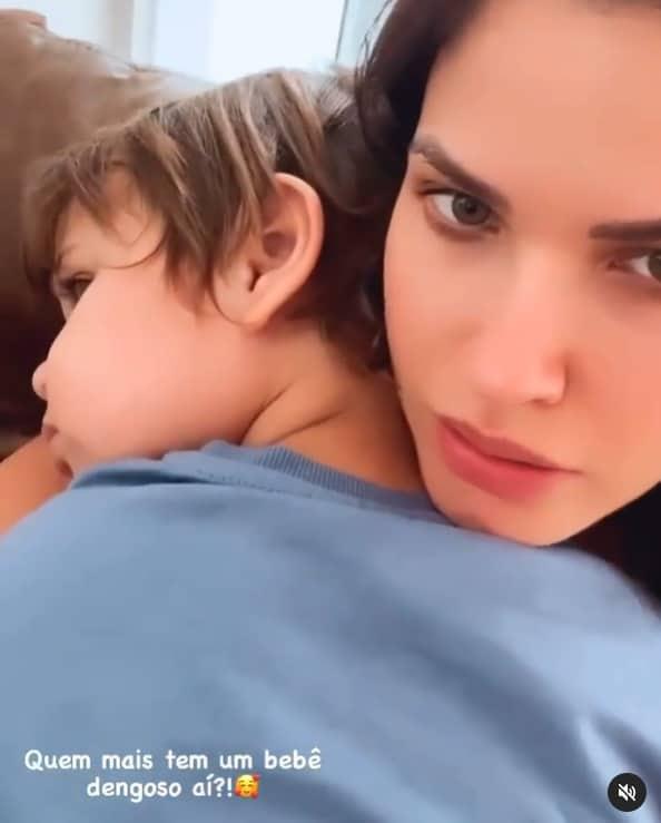 Andressa Suita com o filho caçula no colo, o pequeno Samuel