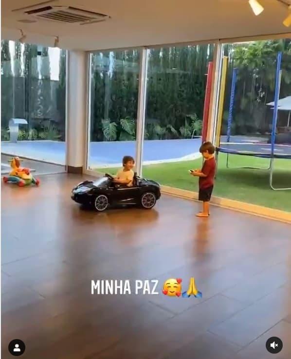 Andressa Suita mostrou seus filhos na sua mansão