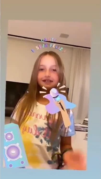 A filha de Angélica na sala de TV da família